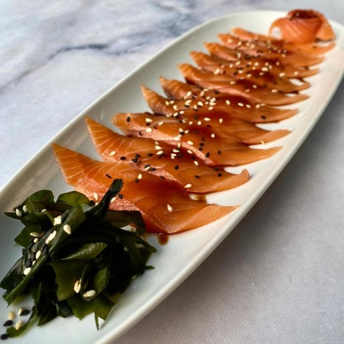 TIRADITOS NIKKEI (salmón premium con salsa de miso, algas wakame y semillas de sésamo tostadas)