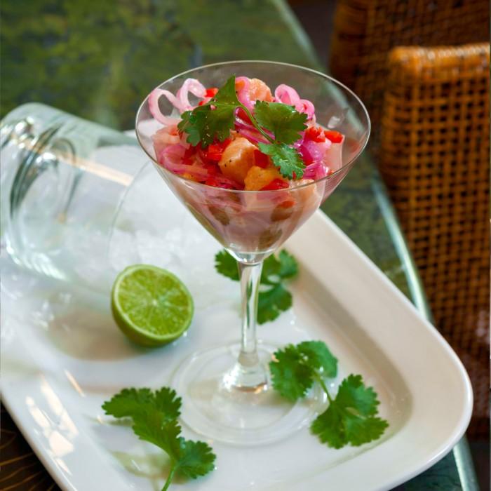 CEVICHE CLÁSICO (pesca bca. o salmón, cebolla colorada, cilantro, jugo de limón)