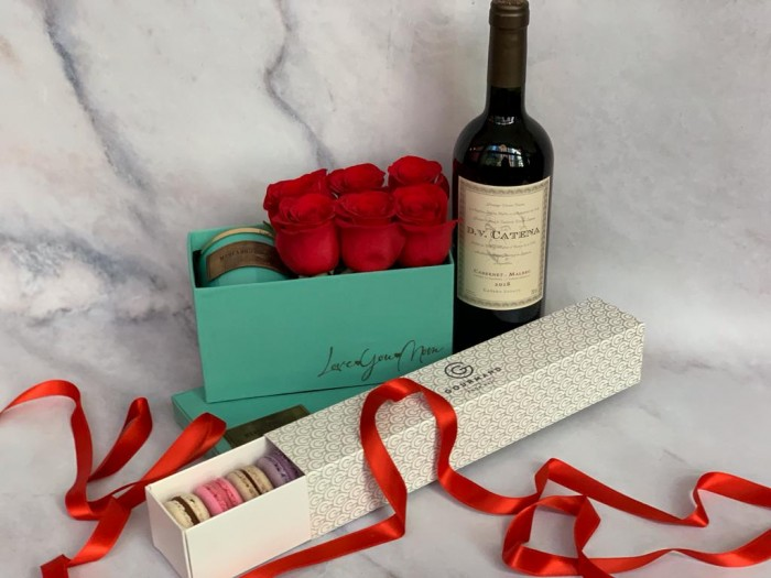 BOX FLORAL + MACARONS Y DV CATENA